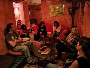 Photo de personnes en train de discuter lors d'un psycho-thé