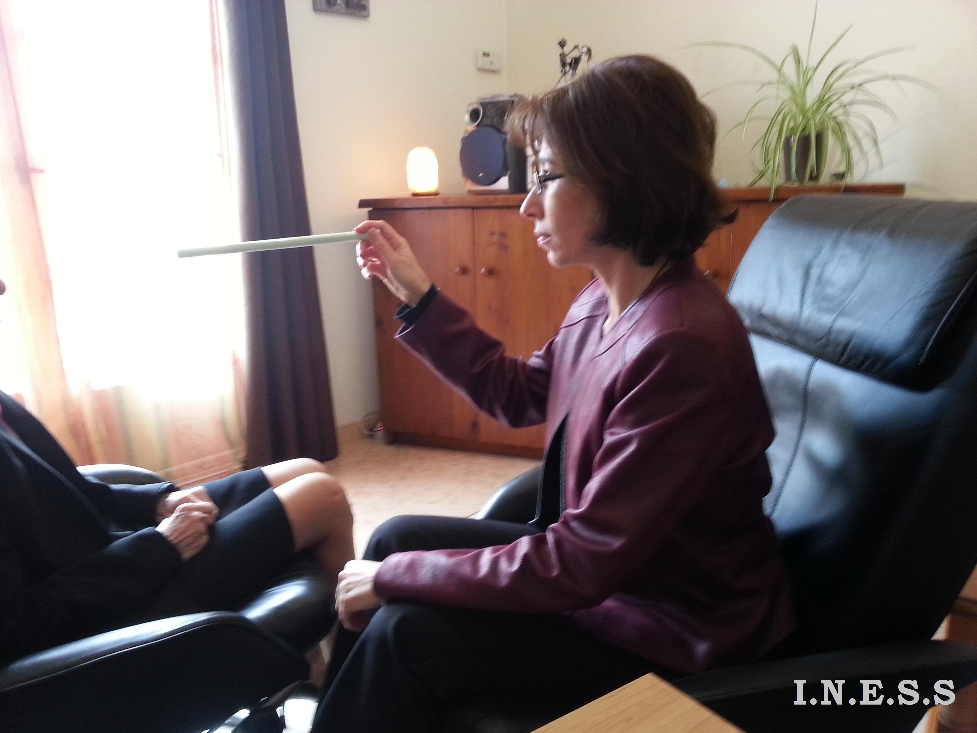 Anne-Christel Romano, la thérapeute énergéticienne et hypnothérapeute pratiquant une séance de thérapie par les mouvements oculaires - INESS