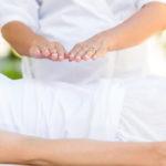 Photo d'un thérapeute énergéticien soignant par les mains