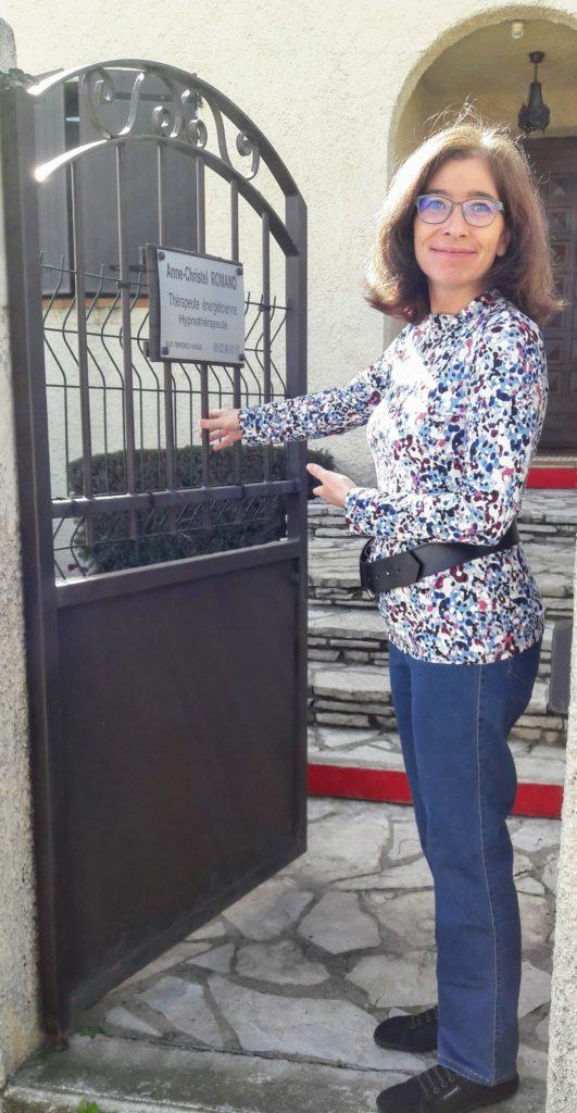 Anne-Christel Romano, thérapeute énergéticienne, hypnothérapeute devant son cabinet