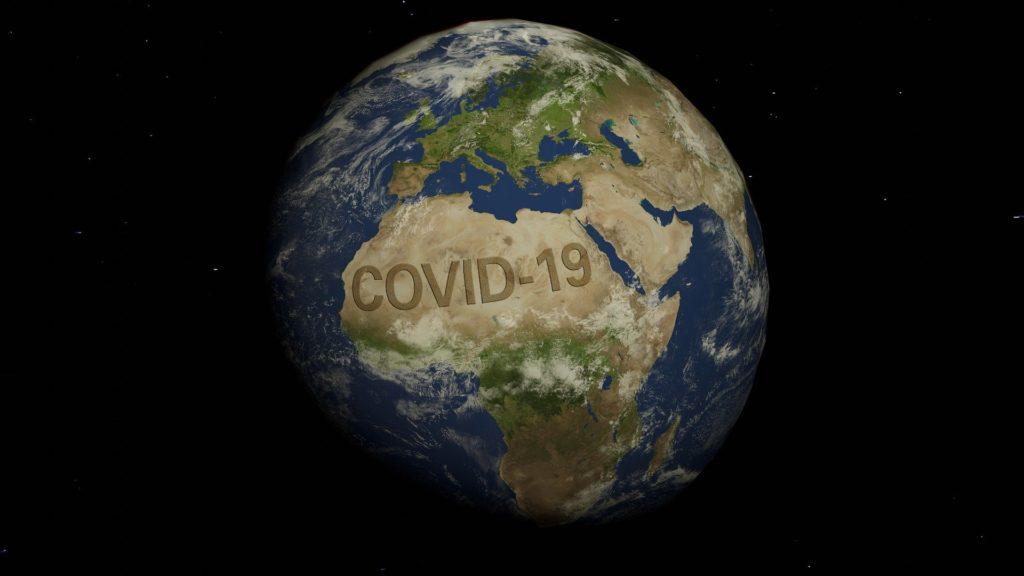 photo du globe terrestre avec écrit covid-19