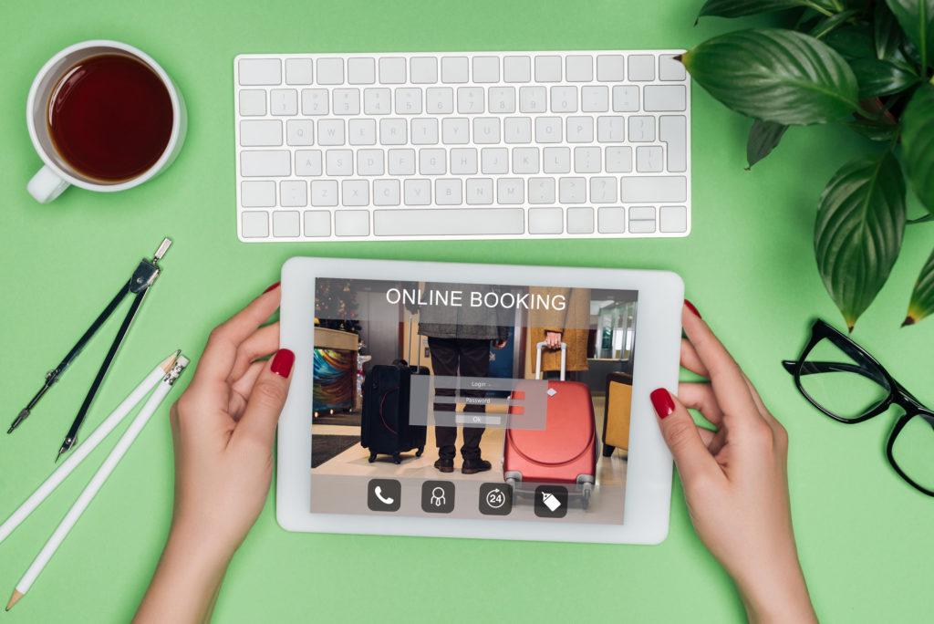 Photo d'une femme tenant une tablette pour prendre rendez-vous en ligne